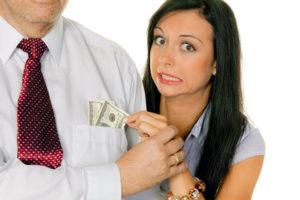 Парень не помогает деньгами
