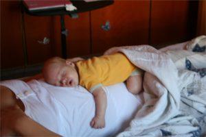Ночами ребенка мучает животик