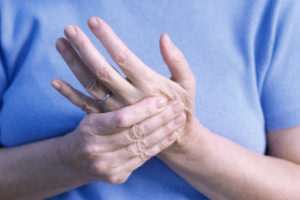 Онемение и боль кистей рук