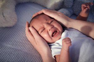 Новорожденный спит меньше 10 часов, постоянно кричит