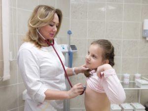 Осмотр девочки педиатром